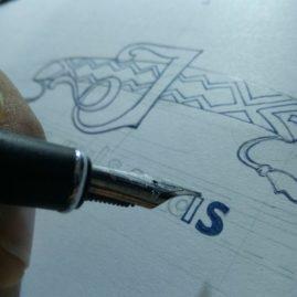 Pluma fuente bocetando el logo